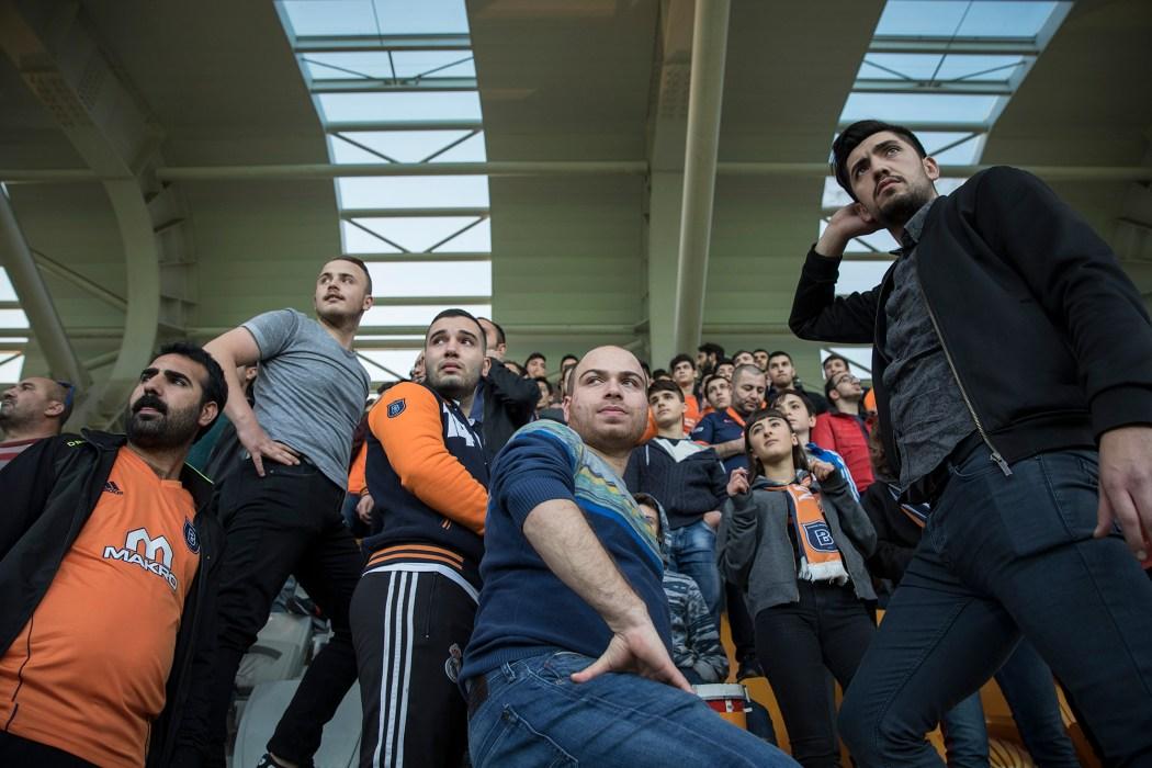 Hüseyin (ganz rechts) versucht mit seiner Fangruppe, gegen die Tristesse im Stadion von Başakşehir anzukämpfen. Als Spitzenteam hat sich sein Team allerdings bereits etabliert.