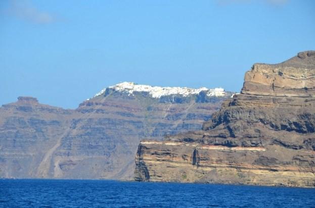Widok na Thirę z portu Athinios Santorini
