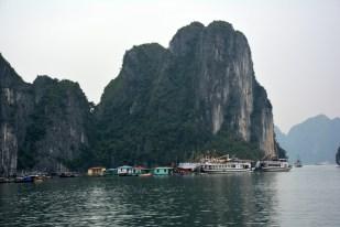 Zatoka Halong pływająca wioska Wietnam