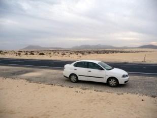 Droga przez wydmy Corralejo na Fuerteventura