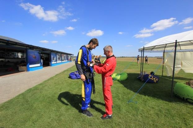 Przygotowania do skoku spadochronowego