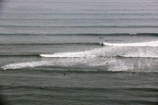 Surferzy na Pacyfiku w Limie Peru