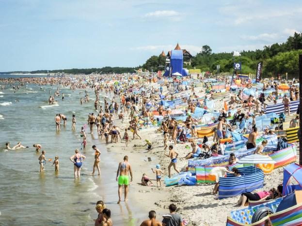 Zatłoczona plaża w Łebie