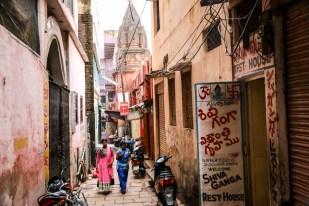 Indie Waranasi wąskie uliczki