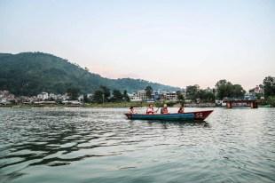 Nepal Pokhara rejs łódką po jeziorze