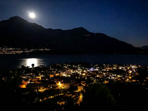 Noc nad jeziorem Como