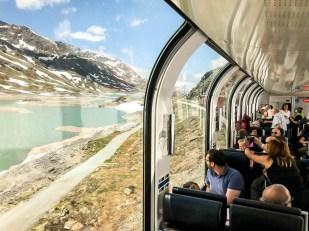 Wysokie okna pociągu Bernina