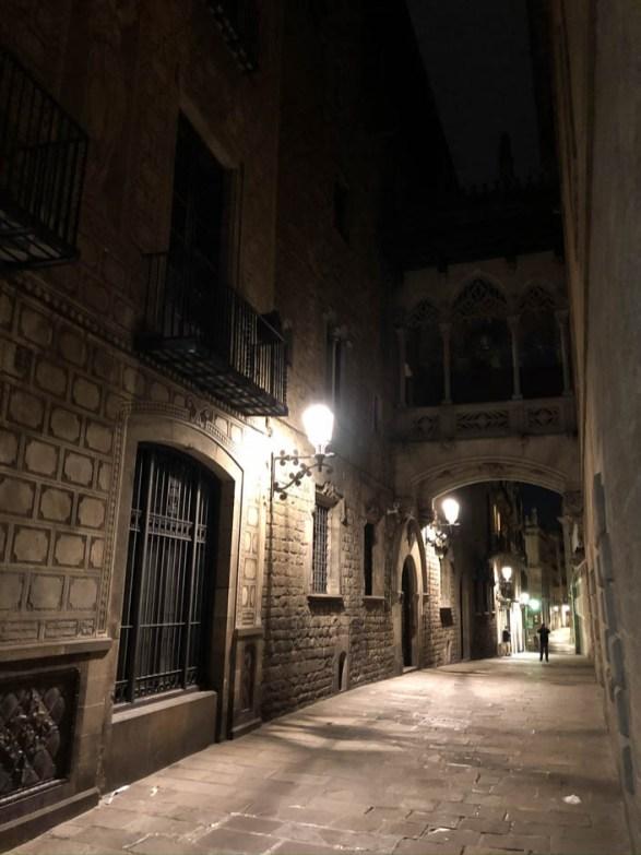 Barri Gotic Most Westchnień nocą