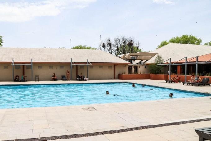 Safari w PN Etosha basen w Halali