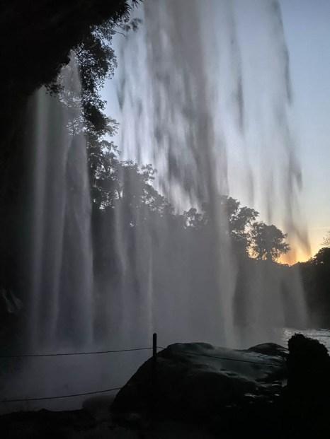 Wodospad Misol-Ha od tyłu