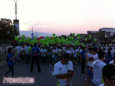 The 5km runners in the holding area behind us. Each runner is given a balloon and they have to complete the run with the balloon still intact.