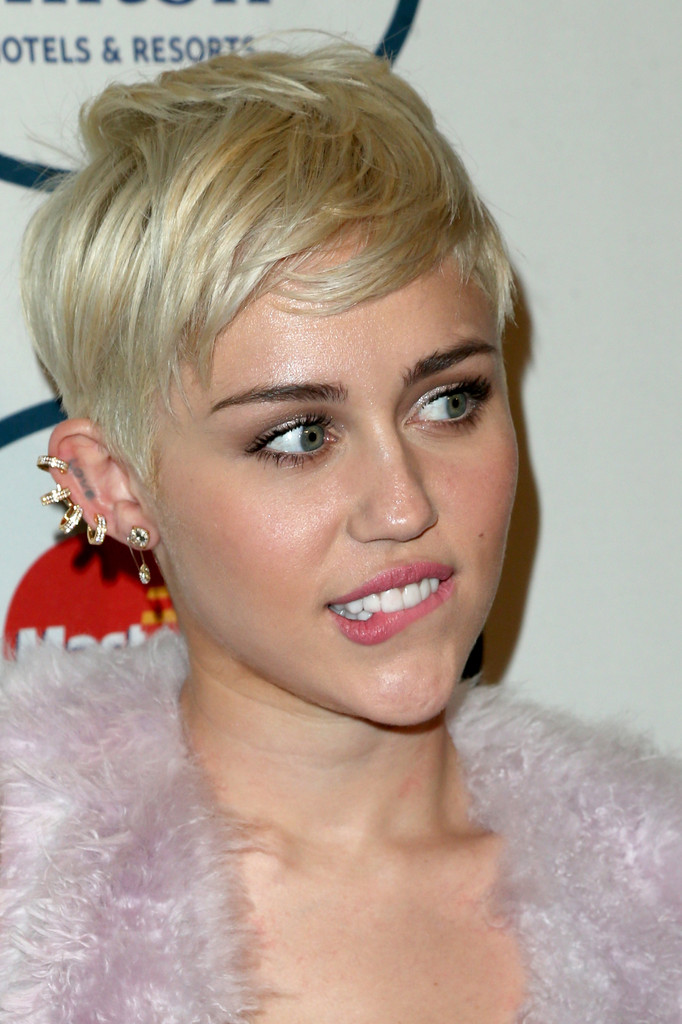 miley biting lip
