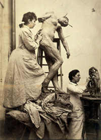 Camille Claudel travaillant à Sakountala dans son atelier (1887)   William Elborne © musée Rodin, Paris, 2008