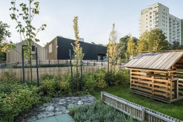 Garden in Sluzewski Culture Center complex, Image Courtesy © Juliusz Sokołowski