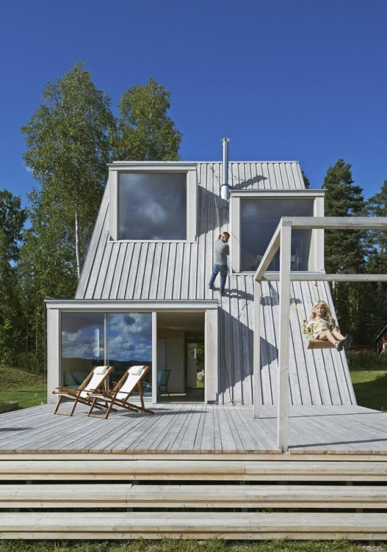 The house and the roof are tied together to a common terrace. It is used for cooking, playing, swimming and climbing, Image Courtesy © Åke E:son Lindman