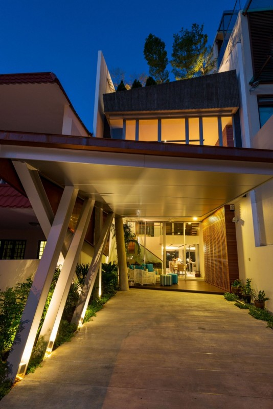 Cantilevered car porch supported from tilted steel columns with integrated lights fittings, Image Courtesy © IX Architects Pte Ltd
