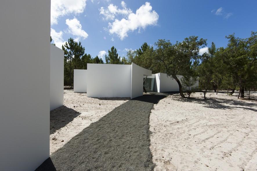 living the boundary twelve houses by aires mateus associados