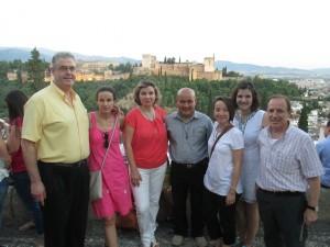 El padre Chicho con miembros de AS Granada en un mirador hacia la Alhambra.