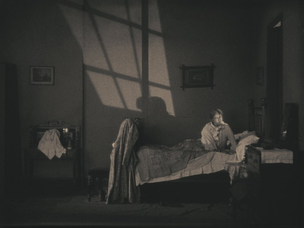https://i2.wp.com/www2.bfi.org.uk/sites/bfi.org.uk/files/styles/full/public/image/lodger-a-story-of-the-london-fog-1926-006-marie-ault-in-bed-awake-bfi-00o-bvz.jpg?ssl=1