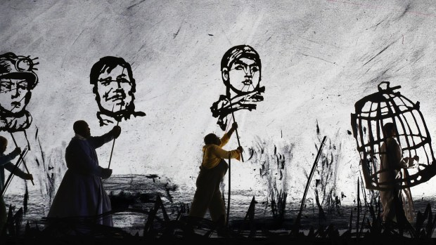 William Kentridge: MORE SWEETLY PLAY THE DANCE, 2015 8-Kanal-Videoprojektion, Farbe, Ton, Megaphone, Videostandbild © Courtesy the artist, Marian Goodman Gallery (New York, Paris, London); Goodman Gallery (Johannesburg, Cape Town) and Lia Rumma Gallery (Naples, Milan)