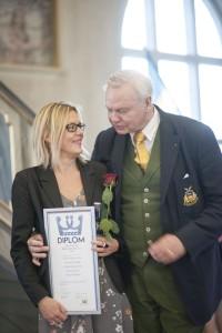 Ulrika Flodin Furås gratuleras till utmärkelsen av Carl-Jan Grankvist