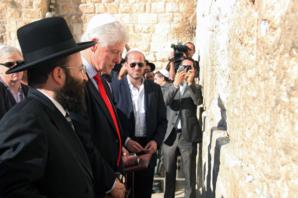 https://i2.wp.com/www2.pictures.zimbio.com/bg/Bill+at+the+Wailing+Wall+OgfA2EL2X7sl.jpg