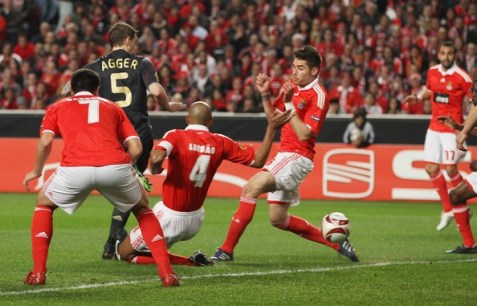 Daniel Agger of Liverpool scores the first goal during the UEFA Europa League, quarter-final first leg match between Benfica and Liverpool at Estadio de Luz on April 1, 2010 in Lisbon, Portugal.