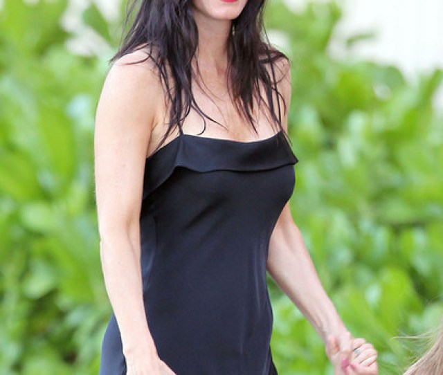 Courteney Cox And Daughter Coco Out For A Stroll In Hawaii