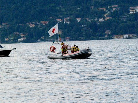 Soccorsi impegnati nel lago maggiore