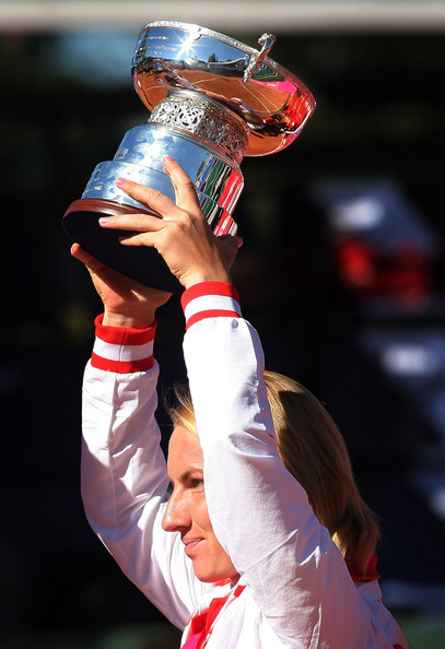 Svetlana Kuznetsova Svetlana Kuznetsova of Russia holds alloft the Fed Cup trophy on day two of the Fed Cup by BNP Paribas World Group Final between Spain and Russia at the Club de Campo on September 14, 2008 in Madrid, Spain.  (Photo by Jasper Juinen/Getty Images) *** Local Caption *** Svetlana Kuznetsova