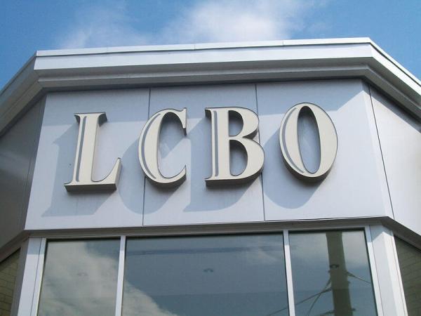 Des chercheurs de l'institut C.D. Howe suggèrent de permettre la vente d'alcool dans les dépanneurs et les supermarchés, et non seulement à la LCBO et dans les Beer Store. (Photo: WikiCommons)