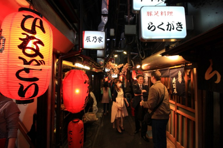 Strada din Shinjuku, plina de restaurante mici, unde lumea mananca afara