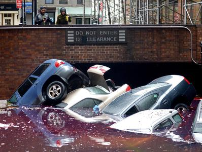 Auto trascinate dall'acqua a New York