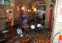 L'interno del pub  devastato dal raid