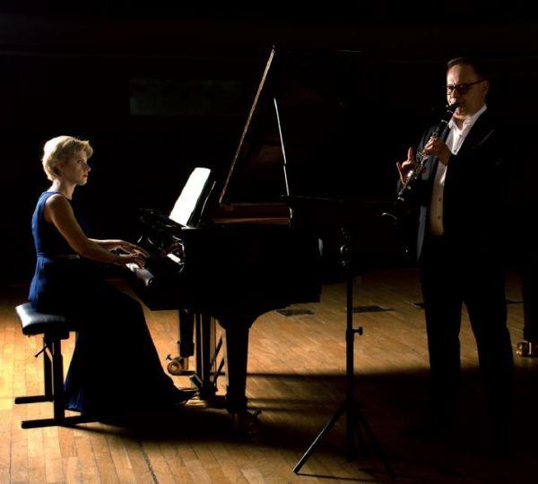 Z lewej strony Alicja Wieczorek przy fortepianie patrzy na grającego na klarnecie Grzegorza Wieczorka