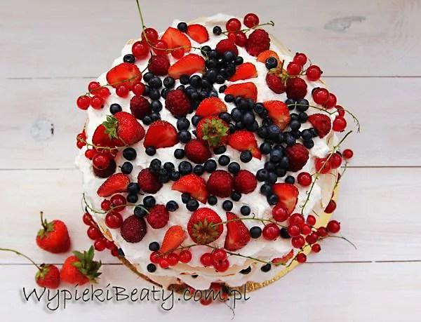 torcik bezowy z owocami