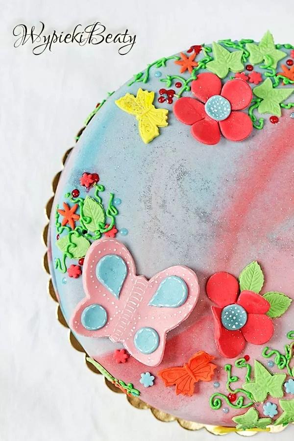 kolorowy tort z motylkami 1