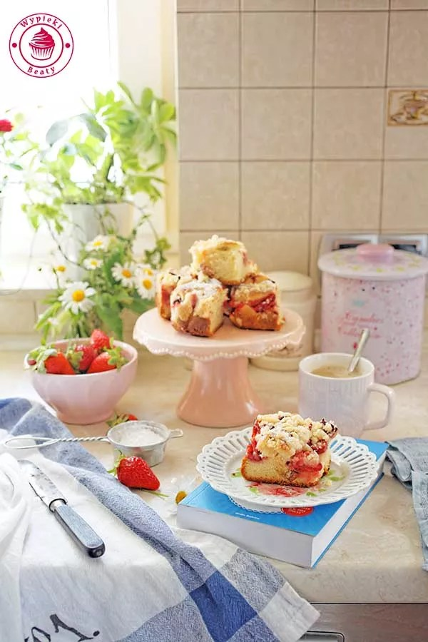 rhubarb strawberry cake