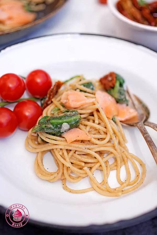 makaron z łososiem i pomidorami