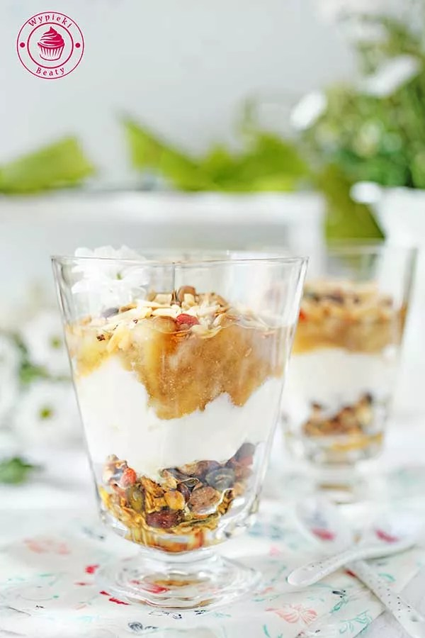 jogurt z gruszkami i musli