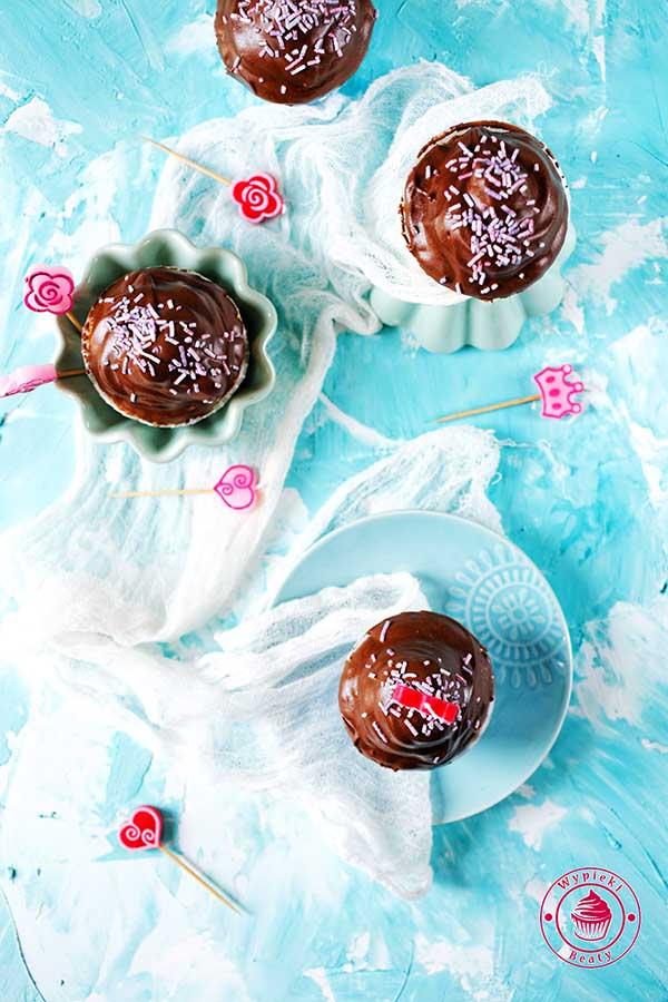 babeczki z kremem bezowym polane czekoladą