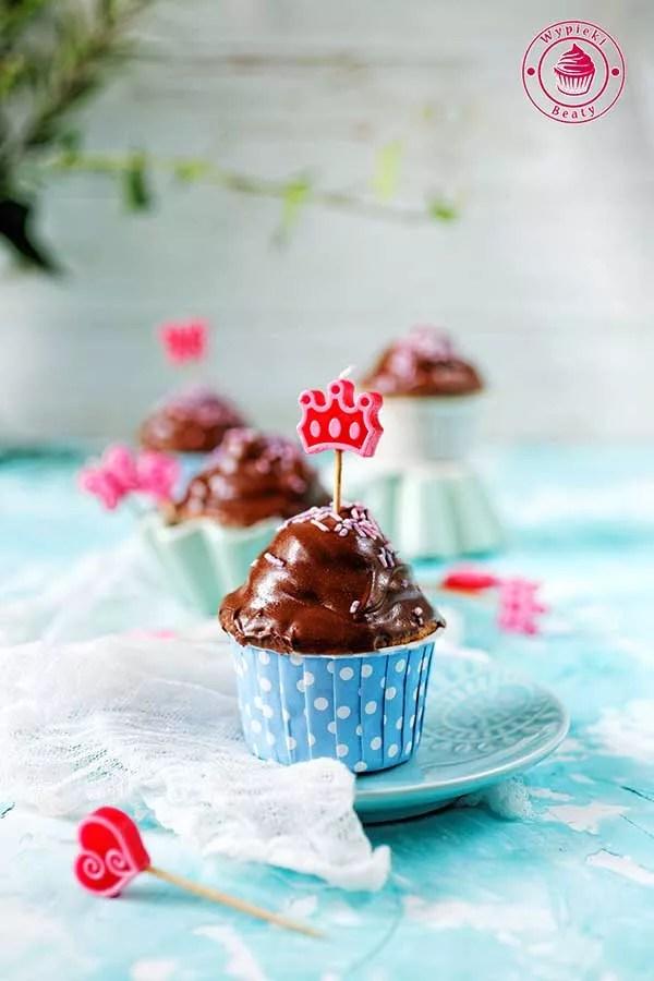 kolorowe babeczki dla dzieci na przyjęcie urodzinowe polane czekoladą
