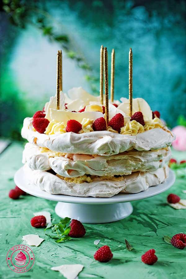tort bezowy z kremem i owocami na urodziny