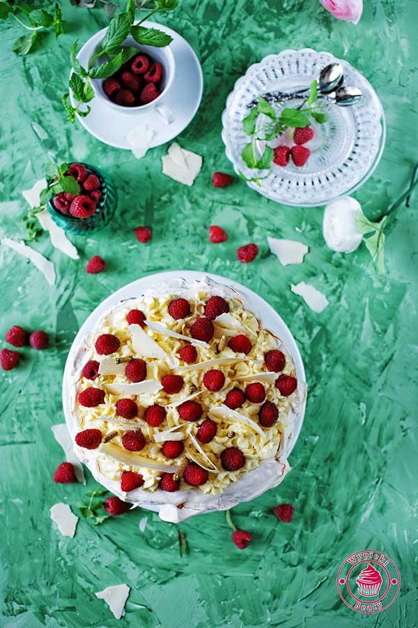 tort bezowy z białą czekoladą i malinami