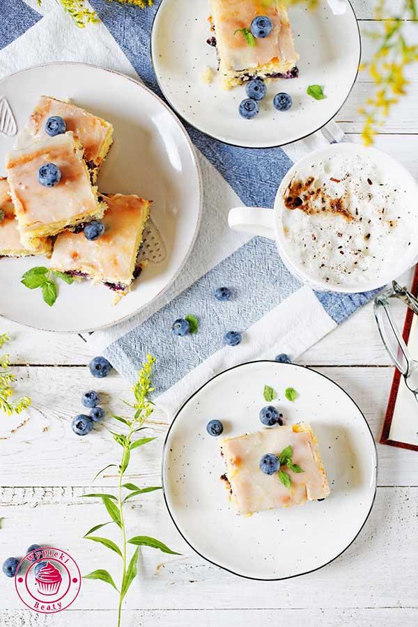 cytrynowe ciasto z owocami borówki amerykańskiej polane lukrem cytrynowym
