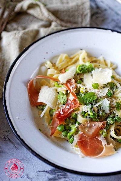 spaghetti z zielonym groszkiem i szynką