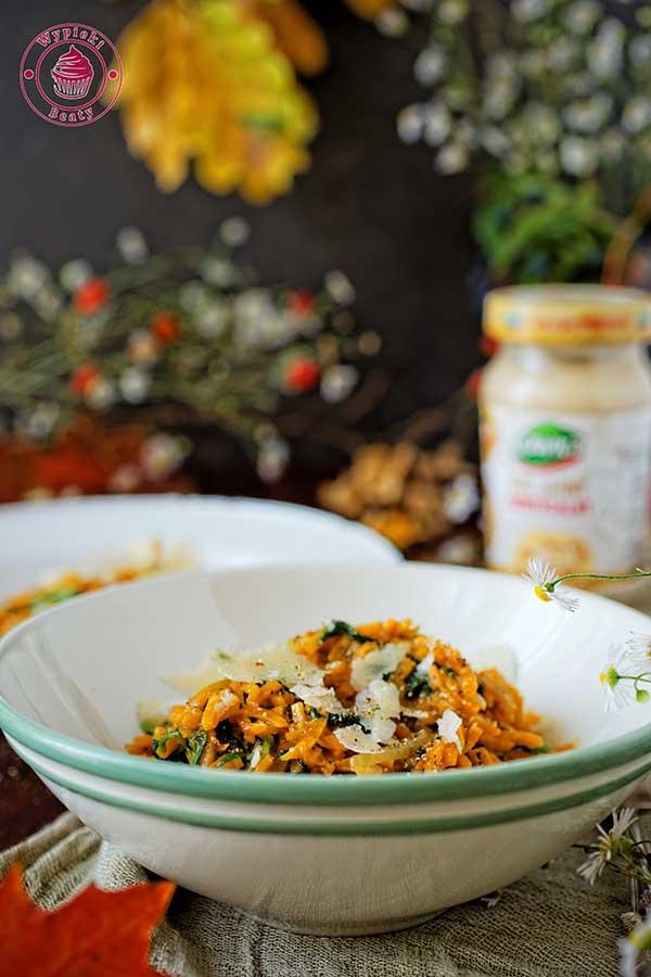 makaron z batatów ze szpinakiem i sosem