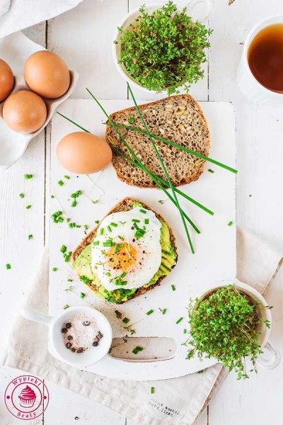 kanapka z awokado i jajkiem sadzonym