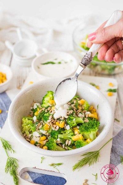 sałatka z brokułami i kukurydzą