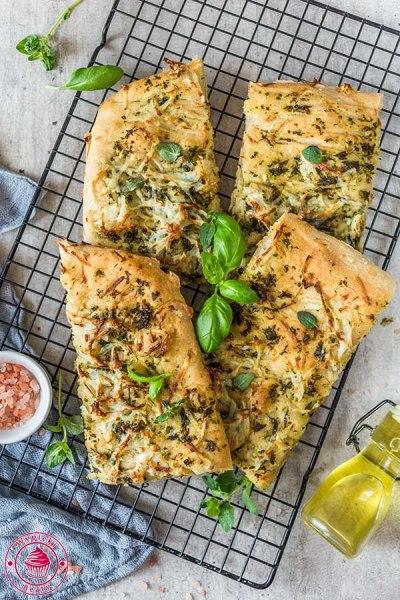 włoska focaccia z ziołami i ziemniakiem